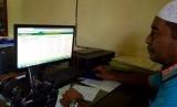Antrian Jamaah Haji dalam Siskohat Otomatis Mundur. Foto: Petugas Kemenag Ternate menunjukkan Sistem Informasi dan Komputerisasi Haji Terpadu (Siskohat)