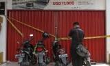 Petugas Kepolisian Direktorat Kriminal Khusus Polda Riau menyegel Kantor cabang keberangkatan haji dan umrah Abu Tours di Pekanbaru, Riau, Selasa (17/4).
