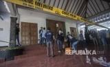 Petugas kepolisian melakukan olah Tempat Kejadian Perkara (TKP) kasus penyerangan di Gereja Katholik St. Lidwina, Jambon, Trihanggo, Gamping, Sleman, DI Yogyakarta, Ahad (11/2).