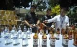 Petugas kepolisian menunjukan barang bukti minuman keras
