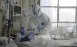 Petugas Kesehatan di Rumah Sakit Pusat Wuhan merawat pasien yang diduga terpapar virus corona di Wuhan, Provinsi Hubei, China, Kamis (23/1).