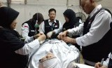 Petugas kesehatan haji Indonesia sedang menangani jamaah yang sakit saat mabit di tenda Mina (Ilustrasi).