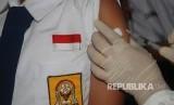Petugas kesehatan memberikan vaksin Measles Rubella (Ilustrasi)