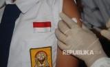 Petugas kesehatan memberikan vaksin Measles Rubella (MR) kepada siswa saat Kampanye Imunisasi Campak dan MR di SMPN 9, Bandung, Jawa Barat (ilustrasi)