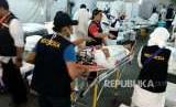 Petugas kesehatan menangani jamaah yang menderita sakit di Pos Kesehatab Haji Indonesia di Arafah, Ahad (19/8). Hingga Ahad siang, sedikitnya 10 jamaah telah dirawat dan salah satunya harus dirujuk ke RS Arab Saudi.