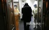 China Kucurkan Rp 2 Triliun Kendalikan Virus Corona. Petugas kesehatan mengenakan pakaian antibahan berbahaya (hazardous material suit) memerilksa suhu tubuh penumpang yang datang dari daerah Wuhan di Bandara Beijing, China.
