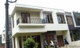 Petugas Komisi Pemberantasan Korupsi (KPK) mengunjungi rumah milik terpidana kasus korupsi impor daging sapi, Luthfi Hasan Ishaaq, yang disita KPK di Perumahan Rumah Bagus Residence Blok B1, Jalan Kebagusan Dalam I, Lenteng Agung, Jakarta Selatan, Selasa (10/10).