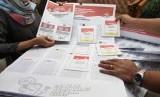 Petugas Komisi Pemilihan Umum (KPU) memperlihatkan contoh surat suara Pemilu 2019 di Gedung KPU, Jakarta, Senin (10/12/2018).