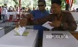 Petugas KPPS membantu pemilih penyandang tunanetra menggunakan hak suaranya. ilustrasi.