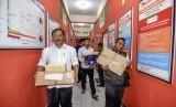 Petugas KPU membawa logistik Pemungutan Suara Ulang (ilustrasi)