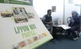 Petugas Lembaga Pengkajian Pangan Obat-obatan dan Kosmetika Majelis Ulama Indonesia (LPPOM MUI) (kanan) sedang menerangkan proses sertifikasi halal kepada pengusaha restoran di kantor MUI Jakarta.