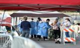 Petugas medis memeriksa warga di tempat penampungan sementara yang didirikan di lahan parkir di Las Vegas. Pemerintah AS berpacu membangun RS darurat di dekat kota besar untuk pasien corona.
