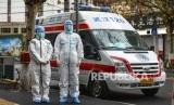 Petugas medis mengenakan pakaian proteksi lengkap di kota Wuhan, China, yang terkena wabah virus Corona. Warga selatan kota Jincheon menggelar unjuk rasa tolak karantina Corona di kotanya. Ilustrasi.