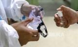 Petugas medis mengenakan pakaian proteksi lengkap di kota Wuhan, China, yang terkena wabah virus Corona.