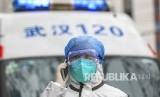 Petugas medis mengenakan pakaian proteksi lengkap di kota Wuhan, China, yang terkena wabah virus Corona. Tiga warga Jepang yang terinfeksi Corona memperoleh perawatan khusus. Ilustrasi.