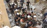 Petugas melakukan evakuasi dan penyelamatan kepada warga yang terkena ledakan di Lebanon.