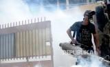 Petugas melakukan pengasapan (fogging) guna memberantas nyamuk penyebab demam berdarah di Kebon Sirih, Jakarta, Senin (8/2).  (Republika/Yasin Habibi)