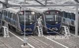 Petugas melakukan pengecekan kereta Mass Rapid Transit (MRT) di Stasiun Lebak Bulus, Jakarta, Kamis (17/1/2019).
