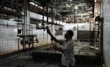 Petugas melakukan pengecekan rutin di Rumah Potong Hewan (RPH) / Ilustrasi