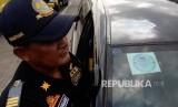 Petugas melakukan pengecekan saat uji uji kendaraan bermotor (KIR) Taksi berbasis aplikasi daring (online) di Pengelola Pengujian Kendaraan Bermotor, Pulo Gadung, Jakarta Timur, Senin (1/8). (Republika/Yasin Habibi)