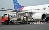Petugas melakukan pengisian bahan bakar avtur ke dalam pesawat di Bandara Internasional Juanda, Sidoarjo, Jawa Timur, Rabu (13/6).