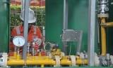 Petugas melakukan perbaikan di salah satu stasiun Gas Non Pelanggan milik Perusahaan Gas Negara (PGN), (ilustrasi).