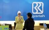 Petugas melayani nasabah di salah satu kantor cabang Bank Rakyat Indonesia (BRI) Syariah, Jakarta, Kamis (20/3).