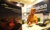 Petugas melayani nasabah di stan Danareksa Syariah, Jakarta, beberapa waktu lalu. Dana kelolaan reksadana syariah tercatat terus bertumbuh.