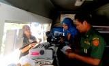 Petugas melayani warga untuk membayar Pajak Bumi dan Bangunan (PBB) di Jalan Juanda, Kota Bogor, Jawa Barat, Senin (14/3).