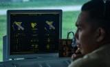 Petugas memantau kondisi cuaca melalui monitor Automated Weather Observation System di menara Pemandu Lalu Lintas Udara (ATC) Lembaga Penyelenggara Pelayanan Navigasi Penerbangan Indonesia atau AirNav (ilustrasi)