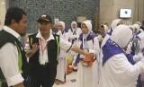 Petugas memberikan arahan kepada jamaah haji Indonesia saat tiba di Makkah, Kamis (11/8)