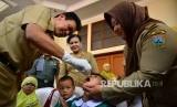 Petugas memberikan vaksin polio kepada balita (ilustrasi).