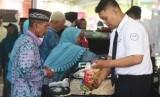 Petugas membuka koper calon haji saat pemeriksaan barang bawaan jamaah calon haji di Asrama Haji Sukolilo, Surabaya, Jawa TImur, Rabu (18/7).