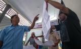 Petugas memeriksa kertas suara pada rekapitulasi tingkat kecamatan di Kantor Kecamatan Tatanga, Palu, Sulawesi Tengah, Jumat (26/4/2019).