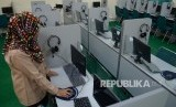 Petugas memeriksa komputer untuk Ujian Nasional Berbasis Komputer (UNBK)