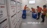 Petugas memeriksa produk akhir vaksin yang akan diekspor di PT Bio Farma Bandung, Jawa Barat. (Dok)