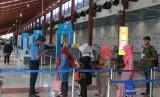 Petugas memeriksa tiket pesawat penumpang di Low Cost Carrier Terminal (LCCT) atau Terminal khusus penerbangan maskapai berbiaya rendah usai peresmian operasionalnya di Terminal 2 F Bandara Soekarno Hatta, Tangerang, Banten, Rabu (1/5/2019)