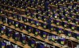 Petugas mempersiapkan komputer untuk penyelenggaraan Seleksi Kemampuan Dasar (SKD) melalui Computer Assisted Test (CAT) Calon Pegawai Negeri Sipil CPNS) 2020