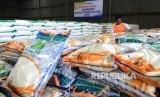 Petugas menata produk Bantuan Pangan Non Tunai (BPNT) Beras Kita dan gula Manis Kita di gudang Bulog, Jakarta, Selasa (14/2).