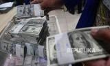Petugas menata tumpukan uang dolar AS di Cash Center Bank Mandiri, Jakarta, Rabu (18/4).