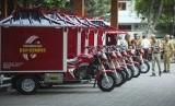 Petugas mendata motor dan peralatan tambal ban Ngrekso Ban Kempes yang diberikan kepada warga di halaman Balai Kota Solo, Jawa Tengah, Senin (10/11/18).