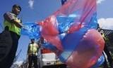 Petugas mengamankan satu buah balon udara terbuat dari plastik dengan diameter satu meter dan tinggi sekitar tujuh meter.