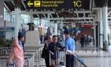 Petugas mengecek tiket pesawat calon penumpang di pintu keberangkatan Terminal 1C di Bandara Internasional Soekarno Hatta, Tangerang, Banten, Rabu (14/8/2019).