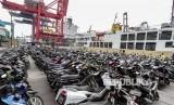 Petugas mengeluarkan sepeda motor milik peserta mudik gratis dengan kapal laut di Pelabuhan Tanjung Priok, Jakarta, Rabu (20/6).
