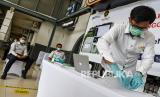 Petugas mengetes kantong nafas milik pegawai PT KAI (Persero) dengan GeNose C19 di Stasiun Pasar Senen, Jakarta, Sabtu (23/1/2021). Menteri Perhubungan Budi Karya Sumadi akan mengimplementasikan penggunaaan GeNose C19 sebagai alat pendeteksi COVID-19 pada calon penumpang kereta api mulai 5 Februari 2021.
