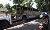 Petugas mengevakuasi bus Transjakarta koridor 6 yang terbakar.  (Republika/Yasin Habibi)