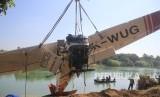 Petugas mengevakuasi pesawat latih yang jatuh di sungai Cimanuk, Indramayu, Jawa Barat, Selasa (23/7/2019).