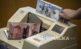 Petugas mengitung uang rupiah di salah satu gerai penukaran uang asing di Jakarta, Rabu (27/11). Dalam perdagangan hari ini, Rabu (22/1), rupiah ditutup menguat di level 13.642 per dolar AS dari penutupan sebelumnya di level Rp 13.654.