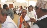 Petugas mengumpulkan paspor jamaah haji Indonesia gelombang II di Bandara Internasional King Abdul Aziz Jeddah