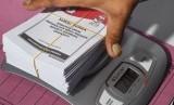 Petugas menimbang surat suara saat penyortiran dan pelipatan surat suara Pemilu 2019